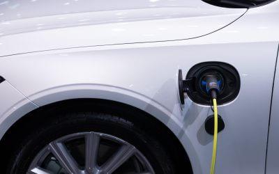 Elektrische auto opladen tijdens de wintersport